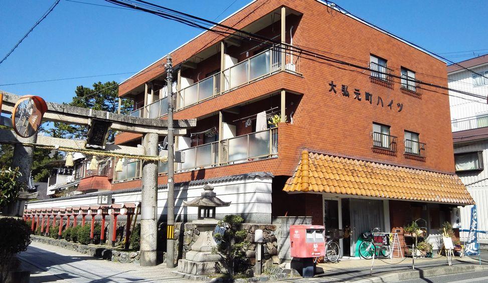 茨木神社の東参道 鳥居北隣りビル1階